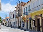 Traditionele gebouwen langs de hoofdweg in Karlovassi - Eiland Samos - Foto van De Griekse Gids