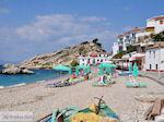 Ligbedden en strandstoelen aan strand Kokkari - Eiland Samos - Foto van De Griekse Gids