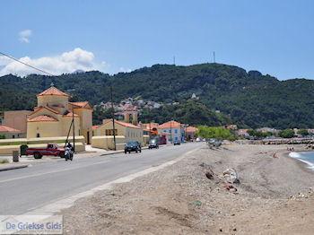 De hoofdweg langs de kust bij Karlovassi - Eiland Samos - Foto van De Griekse Gids